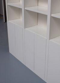 boekenkast met gladde deuren